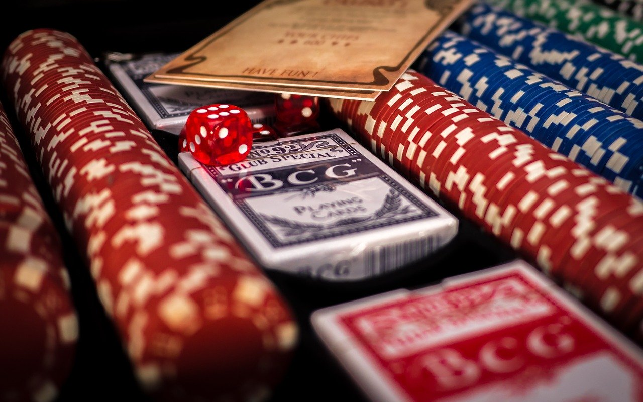 What are those things that a beginner should follow for playing the blackjack game?
